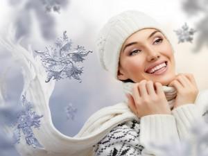 Postal: Magnífica sonrisa de una mujer en invierno