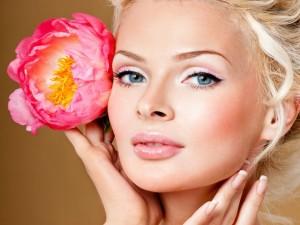 Bellísima mujer con una flor en el cabello
