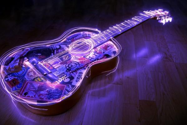 Una guitarra con luces de neón