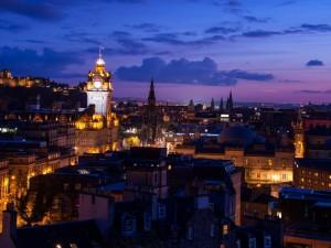 Postal: Luces en los edificios de Edimburgo