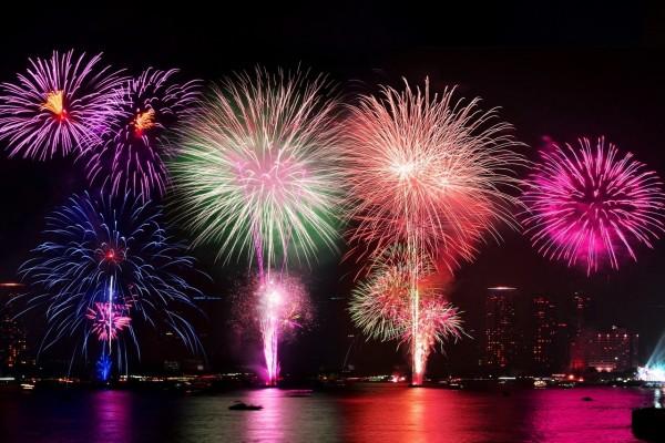 Grandes y coloridos fuegos artificiales en la noche