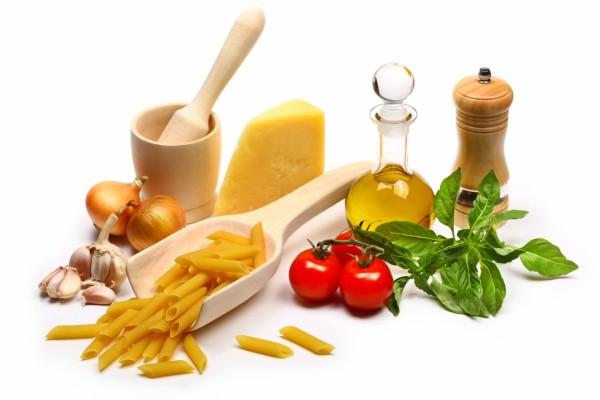 Macarrones e ingredientes para preparar una buena salsa