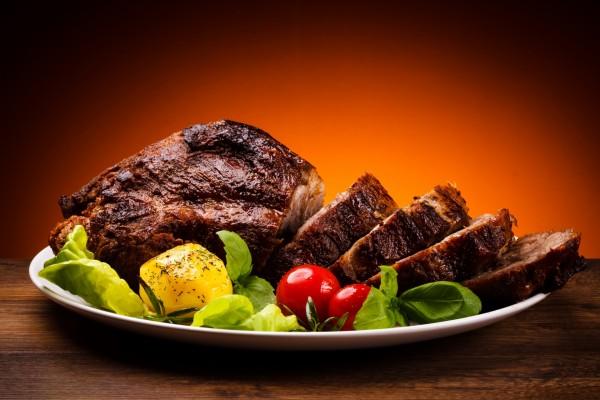 Bandeja con carne asada y vegetales