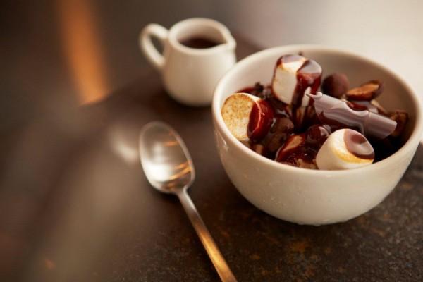 Taza con malvaviscos y chocolate fundido