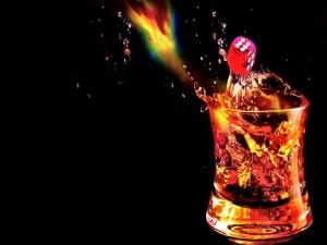 Bebida con hielos y un dado rojo