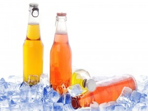 Botellas entre cubitos de hielo