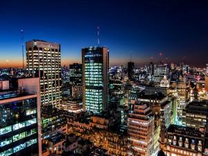 Altos edificios en la noche