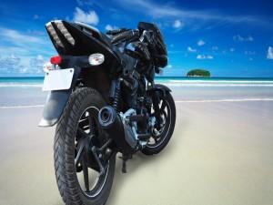 Una moto negra en una gran playa