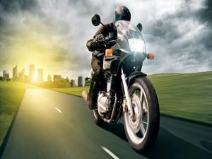 En moto por una carretera a las afueras de la ciudad