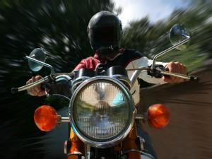 Postal: Lluvia y velocidad en moto