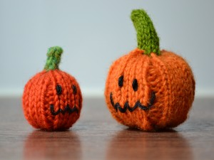 Postal: Dos calabazas hechas de lana para halloween