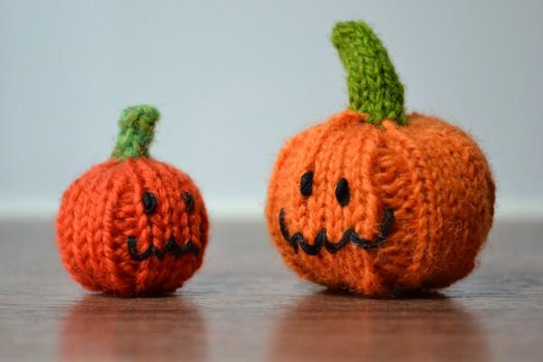 Dos calabazas hechas de lana para halloween