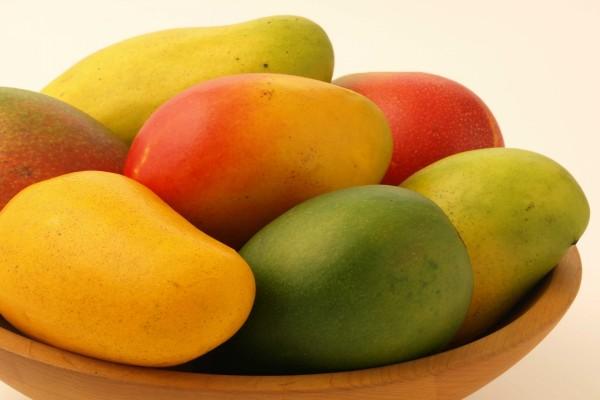 Mangos en un cuenco de madera