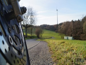 La rueda de una moto en una carretera rural