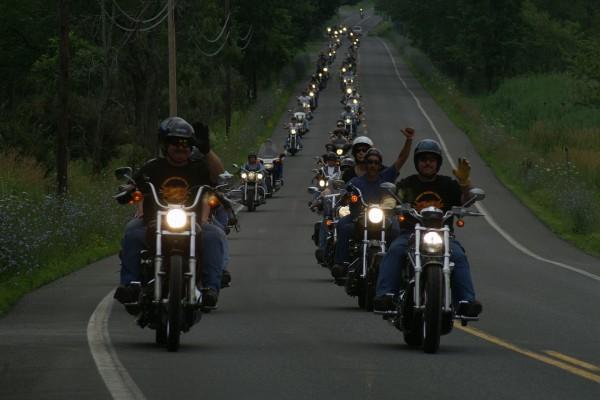 Moteros en una carretera