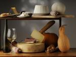Estantería con varios tipos de quesos y otros alimentos
