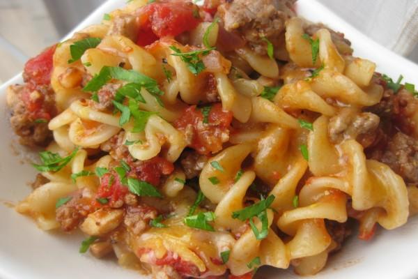Pasta con carne y tomate