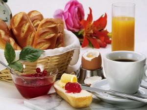 Panecillos con mermelada de grosellas para un buen desayuno