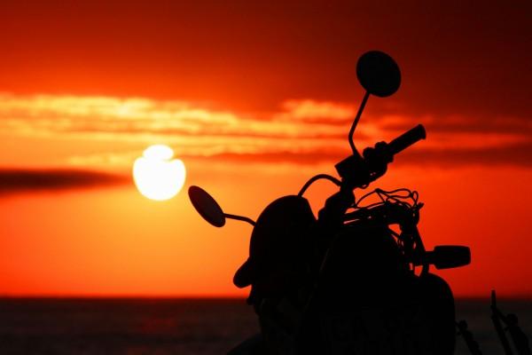 Una moto y el atardecer