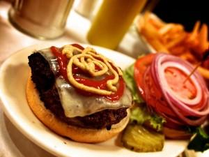 Mostaza y kétchup sobre el queso de la hamburguesa