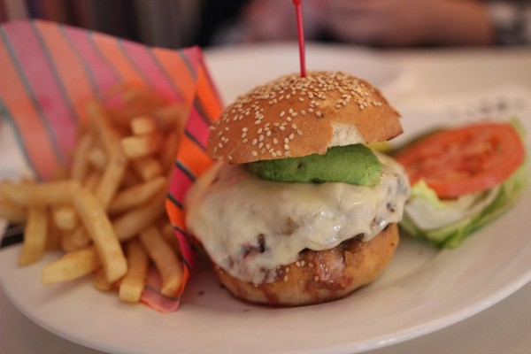 Mini hamburguesa con queso y aguacate