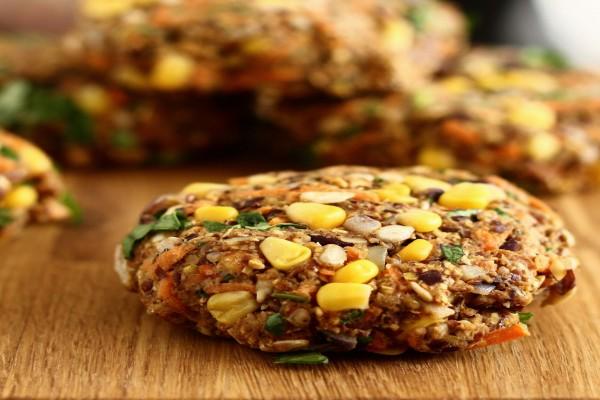 Hamburguesa vegana con maíz