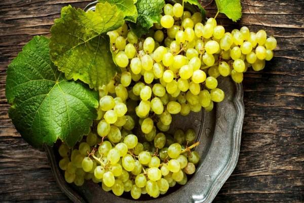 Uvas blancas en un plato