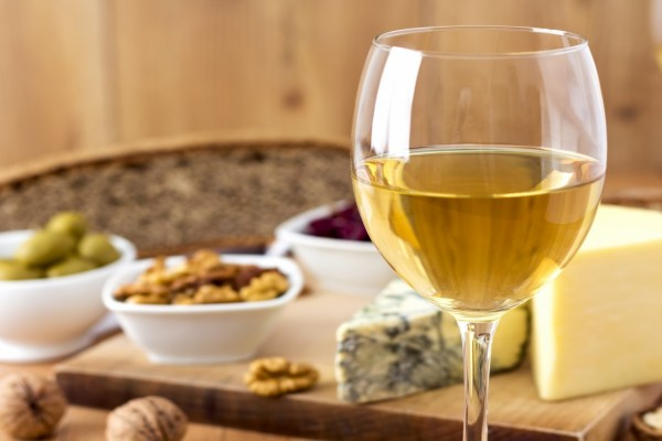 Copa de cristal con vino blanco