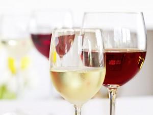 Copas con vino tinto y blanco