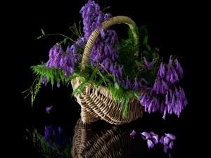 Postal: Flores lilas y hojas en una cesta