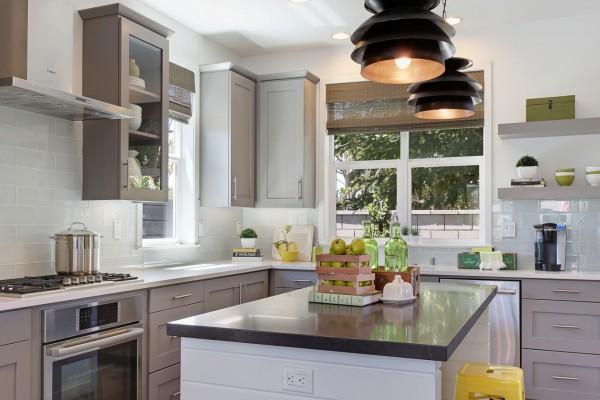 Una elegante cocina en tonos claros