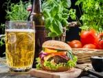 Jarra de cerveza y una hamburguesa