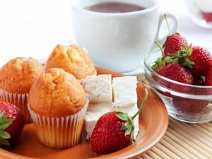 Postal: Magdalenas, fresas y té para un buen desayuno