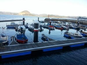 Barcas en un muelle de Santoña (Cantabria)