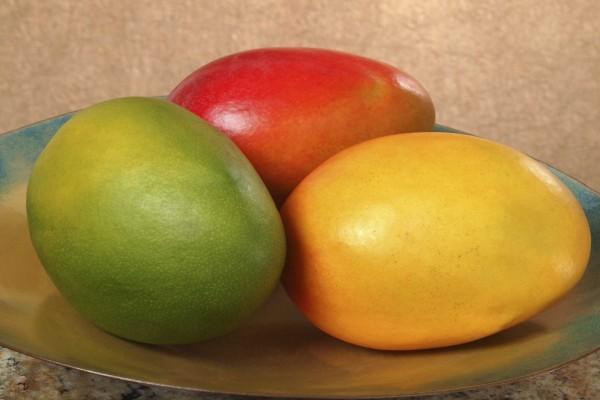 Tres mangos de diferente color