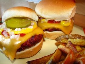Dos hamburguesas caseras con patatas fritas
