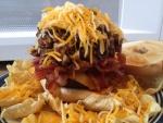 Nachos y hamburguesa con queso rallado