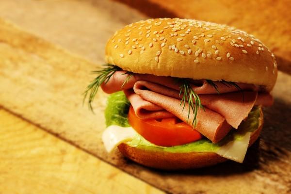 Una hamburguesa de mortadela