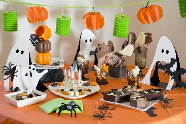 Mesa con chocolates preparada para merendar en Halloween