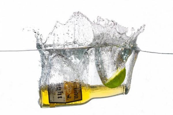 Cerveza Corona y lima en el agua