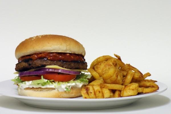 Hamburguesa con salsa picante y patatas