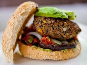 Hamburguesa vegana con berenjena y aguacate
