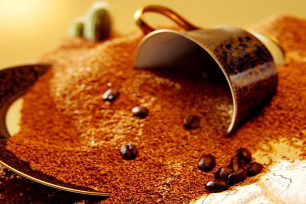 Taza entre granos de café