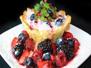 Hojaldre con crema batida y frutos rojos