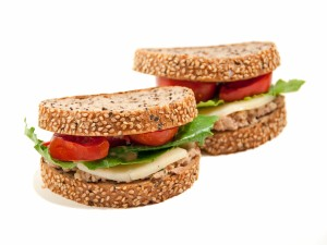 Sándwich de atún con pan de sésamo