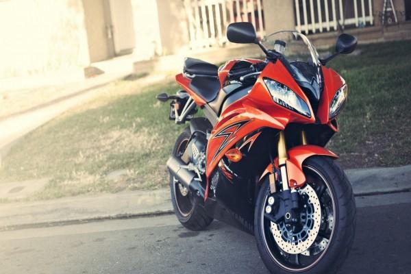 Moto Yamaha de un bonito color naranja