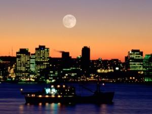 Postal: Luna llena sobre la ciudad