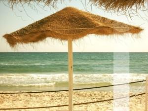 Sombrilla en una playa de Túnez