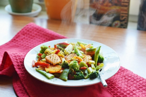 Un plato con menestra de verduras