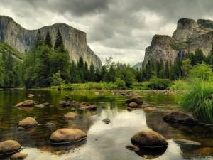 Piedras redondeadas en el río